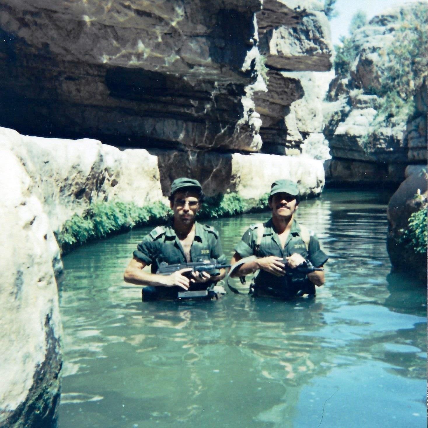 מבועי מים במדבר, ו