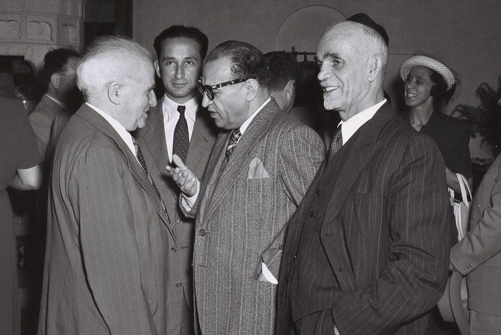 """איראן הכירה בישראל """"דה פקטו"""" ב-1950 אבל לא היתה מוכנה למסד את הקשר רשמית. ראש הממשלה בן גוריון עם הנציג האיראני רזא סאפיניה ב-1950 (צילום: טדי בראונר / לע""""מ)"""